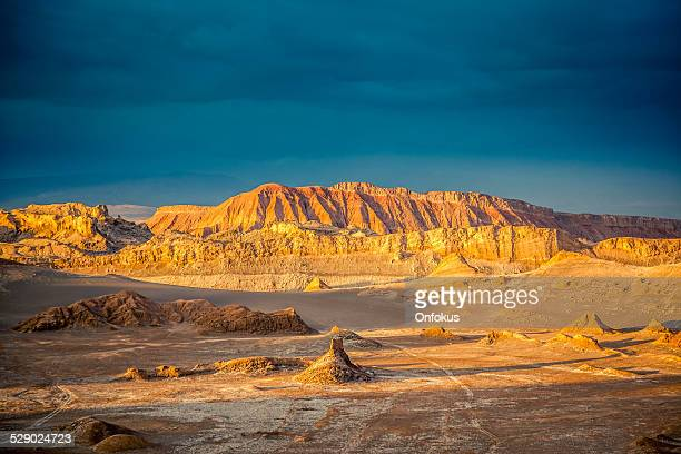 valle de la luna, moon valle at sunset, atacama desert - chile stock pictures, royalty-free photos & images