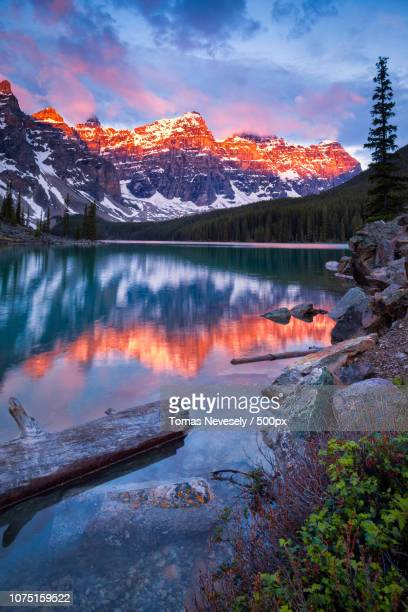valley of the ten peaks - valley of the ten peaks stock pictures, royalty-free photos & images
