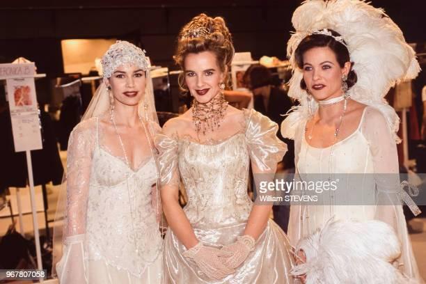 Valérie kaprisky Isabelle Pasco et Charlotte Valendrey dans les backstages du défilé Lolita Lempicka à Paris le 15 mars 1995 France