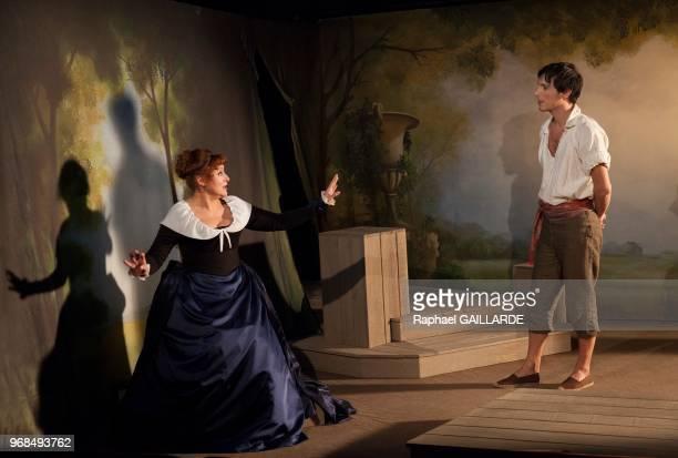 Valérie Vogt et Sinan Bertrand sur scène interprètent au Théâtre de Poche Montparnasse 'Le Legs' de Marivaux mise en scène de Marion Bierry le 13...