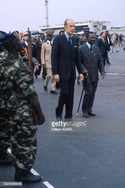 Valéry Giscard d'Estaing accueilli par le président JeanBedel Bokassa lors de sa visite à Bangui en février 1975 République centrafricaine