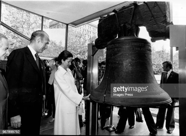 Valéry Giscard d'Estaing and his wife AnneAymone Sauvage de Brantes photographed with the Liberty Bell in Philadelphia on May 191976