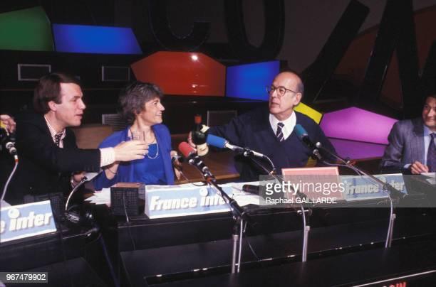 Valéry Giscard d'Estaing dans l'émission de radio 'LOreille en coin' animée par Françoise Morasso avec à gauche Salvatore Adamo le 15 juin 1986 à...