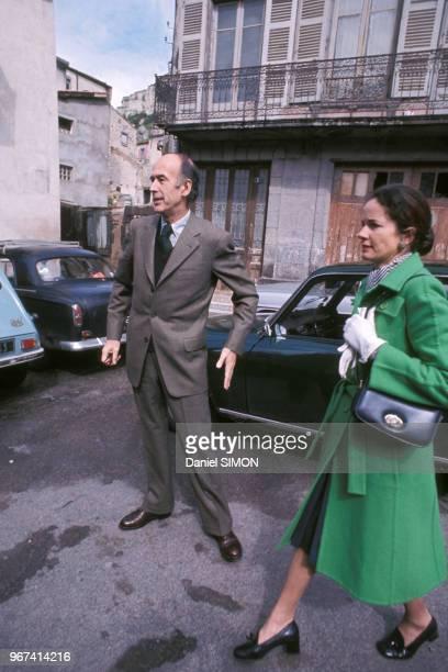 Valéry Giscard d'Estaing et AnneAymone Giscard d'Estaing lors de la campagne présidentielle de 1974 à Chamalières le 19 mai 1974 France
