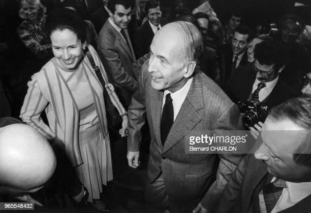 Valéry Giscard d'Estaing et sa femme AnneAymone Giscard d'Estaing arrivent à l'émission 'Cartes sur table' à Paris le 31 mars 1981 France