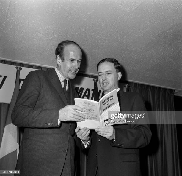 Valéry Giscard d'Estaing félicitant le lauréat du prix Centi d'informatique Claude Henrion pour son livre 'L'entreprise moyenne et l'ordinateur' dans...