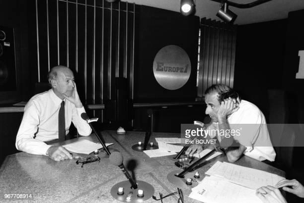 Valéry Giscard d'Estaing invité de JeanPierre Elkabach pour son émission 'Découverte' sur Europe 1 à Paris le 26 avril 1984