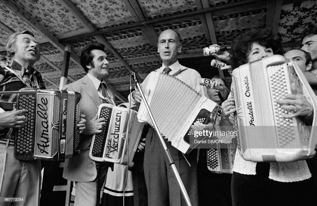 Valéry Giscard d'Estaing joue de l'accordéon lors d'une fête avec notamment Aimable, André Verchuren et Yvette Horner le 25 juin à Montmorency, France.