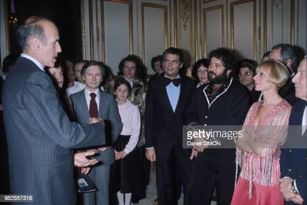 Valéry Giscard d'Estaing reçoit des artistes parmi lesquels Gérard Majax Annie Cordy et Carlos au palais de l'Elysée circa 1970 à Paris France