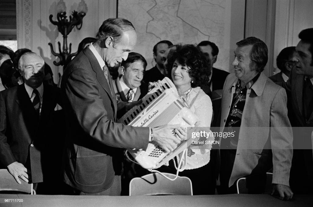 Valéry Giscard d'Estaing reçoit en cadeau un magnifique accordéon des mains de Yvette Horner et Aimable lors de la fête de l'accordéon de Montmorency le 26 juin 1973, France.