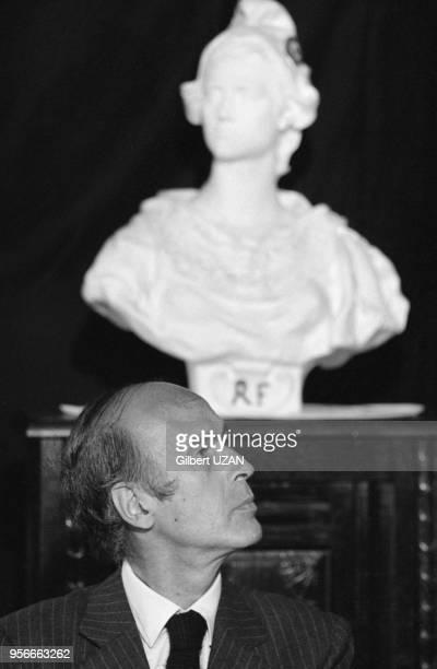 Valéry Giscard d'Estaing sous le buste de Marianne lors de l'annonce de sa démission du conseil général de RochefortMontagne le 8 juin 1974 France