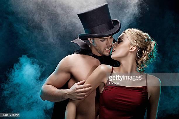 吸血鬼にキスをする女性
