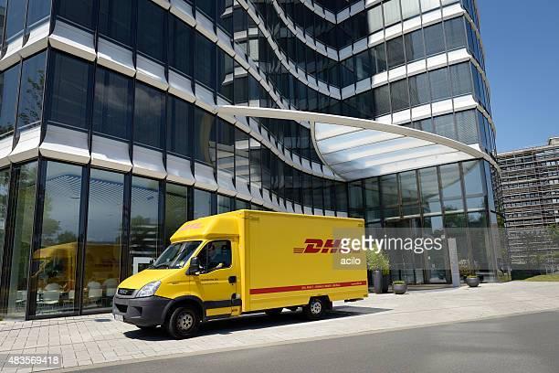 DHL van vor Moderne Bürogebäude