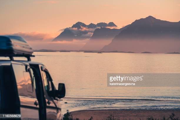 silhouette de fourgon sur la plage - atlantic road norway photos et images de collection