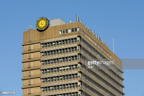 w.c. van unnik building with utrecht university logo - utrecht stockfoto's en -beelden