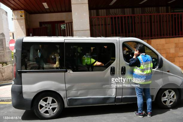 Van with Moroccan minors at the gates of the court after filing a complaint requesting habeas corpus minutes before being repatriated to their...