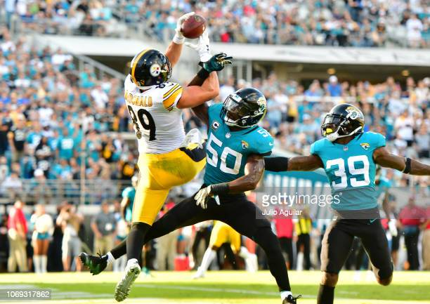 Vance McDonald of the Pittsburgh Steelers catches an 11yard reception for a touchdown over Telvin Smith of the Jacksonville Jaguars in the fourth...