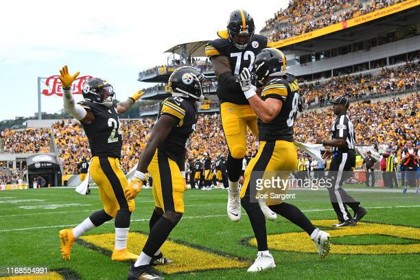 Vance McDonald of the Pittsburgh Steelers celebrates his second touchdown of the game with James Washington and Zach Banner during the fourth quarter...