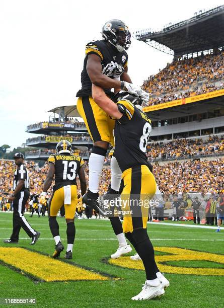 Vance McDonald of the Pittsburgh Steelers celebrates his second touchdown of the game with Xavier Grimble during the fourth quarter against the...