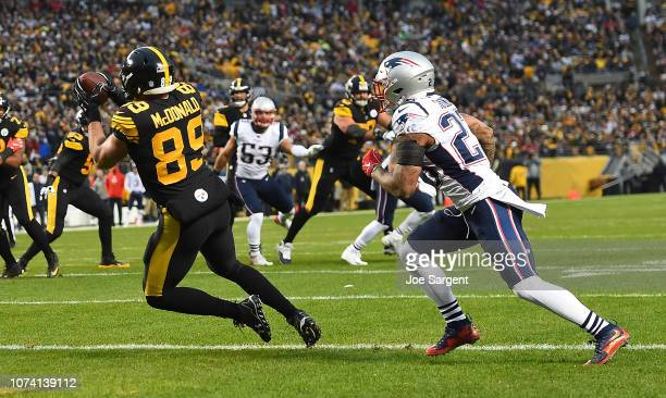 Vance McDonald of the Pittsburgh Steelers makes a catch in front of Patrick Chung of the New England Patriots for a 5 yard touchdown reception in the...