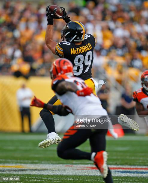 Vance McDonald of the Pittsburgh Steelers makes a catch on a pass from Ben Roethlisberger in the first half during the game against the Cincinnati...