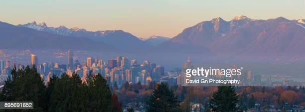 vancouver bc canada city skyline and mountain view during sunset panorama - montanhas north shore imagens e fotografias de stock