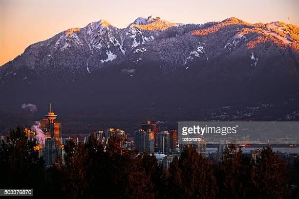 vancouver downtown skyline with snow capped mountains at sunrise - montanhas north shore imagens e fotografias de stock