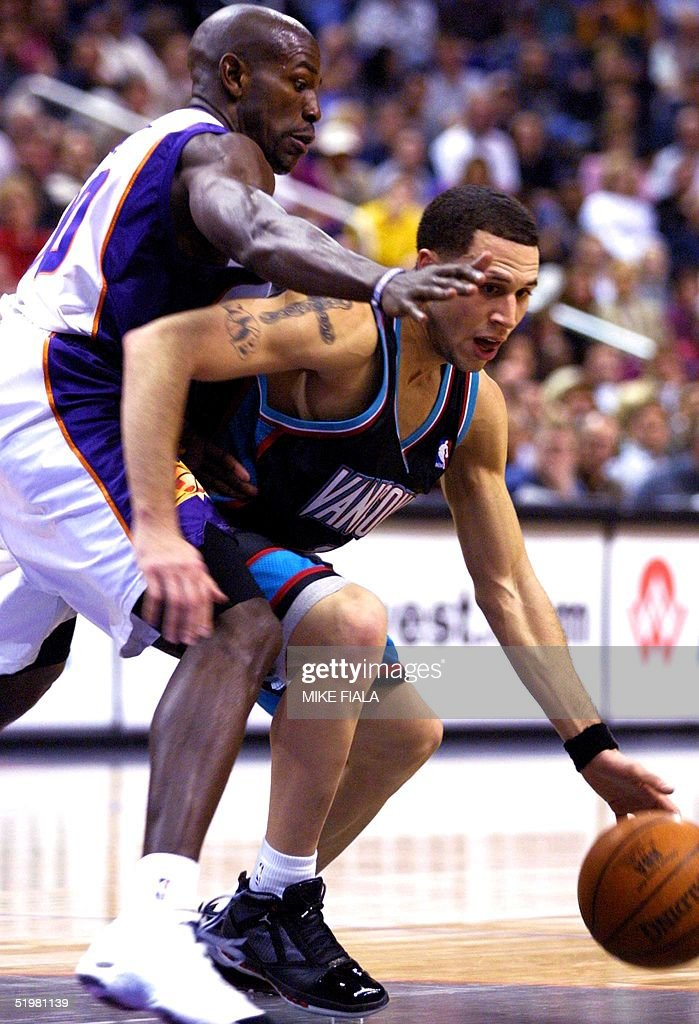 Vancouver Grizzlies guard Mike Bibby(R) is guarded : News Photo