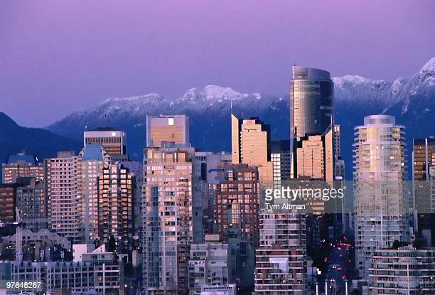 vancouver skyline at sunset - vancouver stock-fotos und bilder