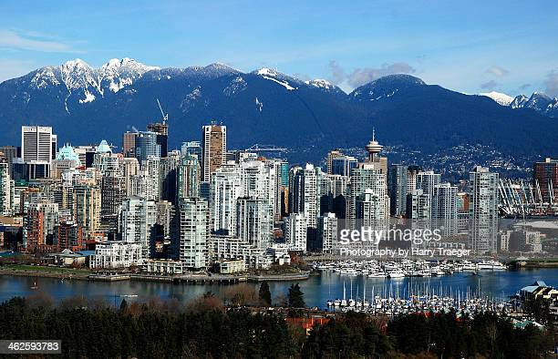 vancouver skyline with mountains - british columbia stock pictures, royalty-free photos & images