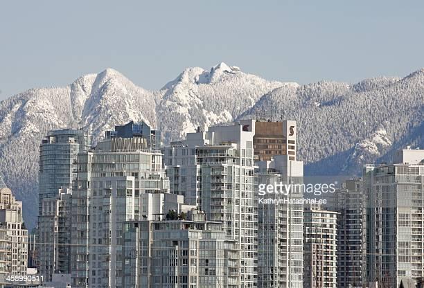vancouver s yaletown residences e montanhas north shore no inverno - montanhas north shore imagens e fotografias de stock