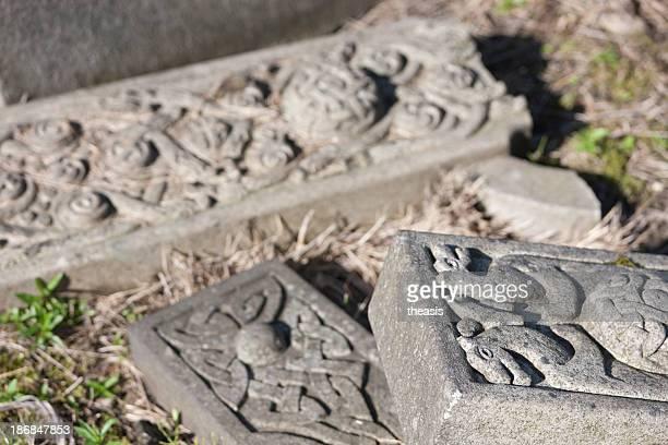 vandalised grave en un cementerio urbana - theasis fotografías e imágenes de stock