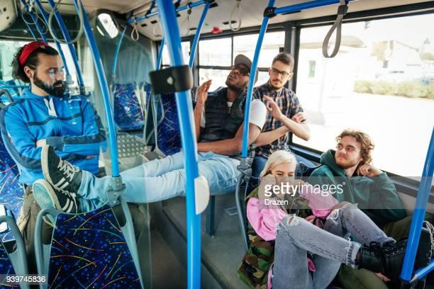 Vandalismus im öffentlichen Bus - unhöflich Mann Rauchen Topf und andere Passagiere zu stören