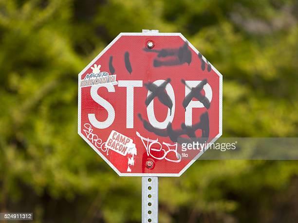 Vandalismus auf ein Stop-Schild