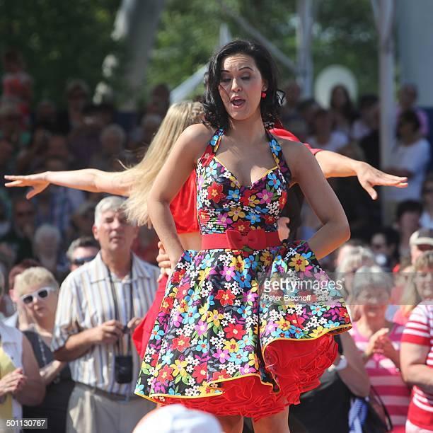 Vanessa Neigert Publikum ARDShow 'Immer wieder Sonntags' 'EuropaPark' Rust BadenWrttemberg Deutschland Europa Bhne Auftritt Fans singen tanzen...