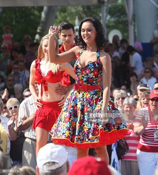 Vanessa Neigert Tnzer Publikum ARDShow 'Immer wieder Sonntags' 'EuropaPark' Rust BadenWrttemberg Deutschland Europa Bhne Auftritt Fans singen tanzen...