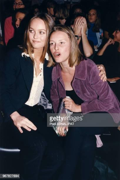 Vanessa Paradis et Florence Thomassin lors du défilé de Corinne Cobson à Paris le 13 octobre 1995 France