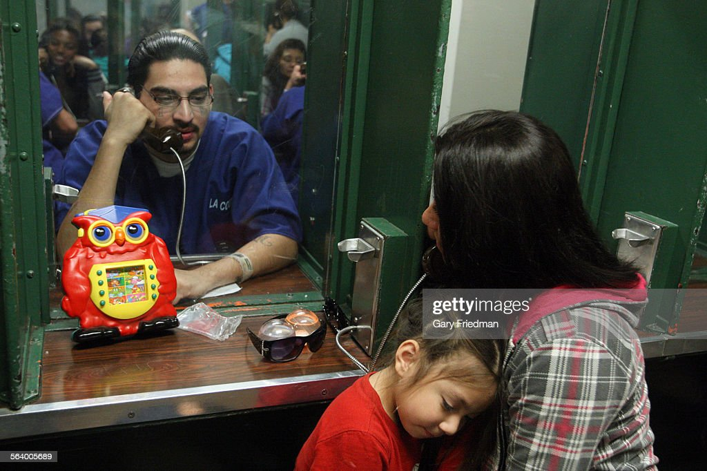 Vanessa Recendez and her daughter Sabrina Recendez, 3, visit fianace to Vanessa and father to Sabri : News Photo