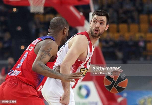 Vangelis Mantzaris #17 of Olympiacos Piraeus in action during the 20152016 Turkish Airlines Euroleague Basketball Top 16 Round 14 game between...