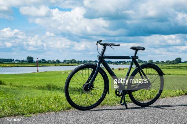 vanmoof s3 ebike in ländlicher landschaft an einem schönen sommertag - charge foul stock-fotos und bilder