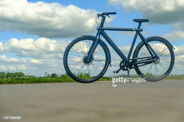 """vanmoof s3 e-bike in een landelijk landschap - """"sjoerd van der wal"""" or """"sjo""""nature stockfoto's en -beelden"""