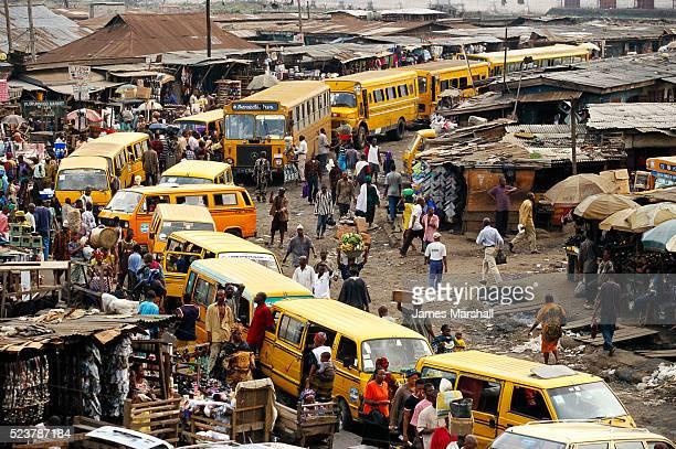 vans in nigerian market - nigeria photos et images de collection