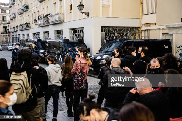Vans of the municipal police block the portal of the building where the EMVS house is located where the eviction is going to be carried out, the PAH...