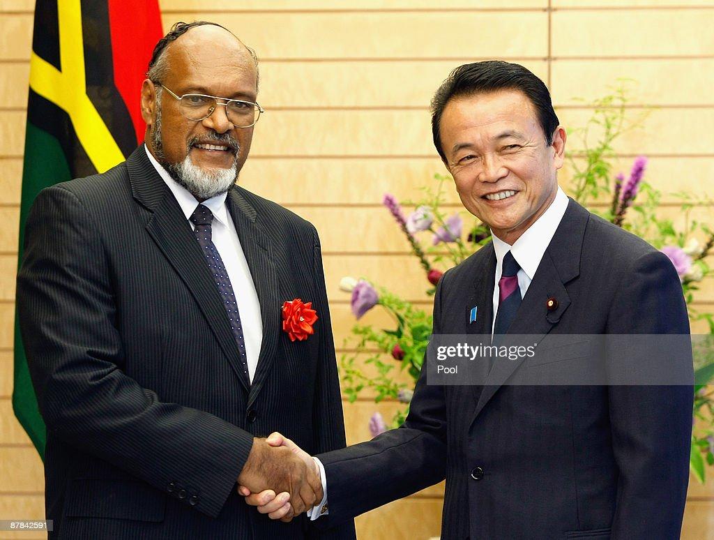 Vanuatu's Prime Minister Edward Natapei Meets Japan Prime Minister Taro Aso : News Photo