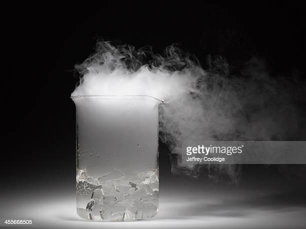 vapor and beaker - condensa foto e immagini stock