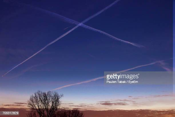 vapor trail in sky at night - paulien tabak 個照片及圖片檔
