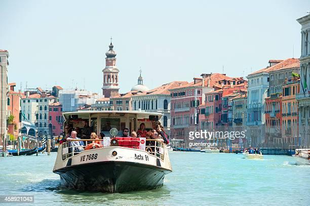 vaporetto-boot auf den canale grande, italien - vaporetto stock-fotos und bilder