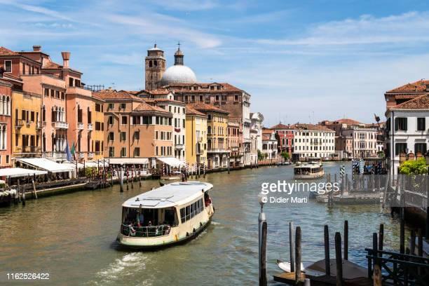 vaporetto boat on the grand canal in venice, itlay - vaporetto stock-fotos und bilder