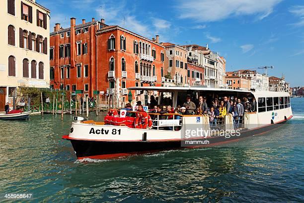 vaporetto auf den grand canal in venedig - vaporetto stock-fotos und bilder