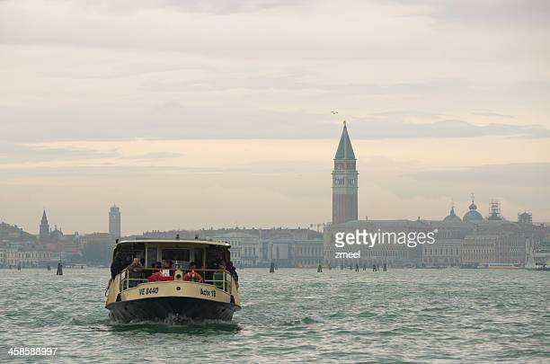 vaporetto zum lido di venezia, italien - vaporetto stock-fotos und bilder